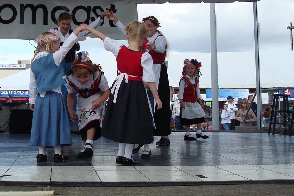 Children dancing Gustavs Skål